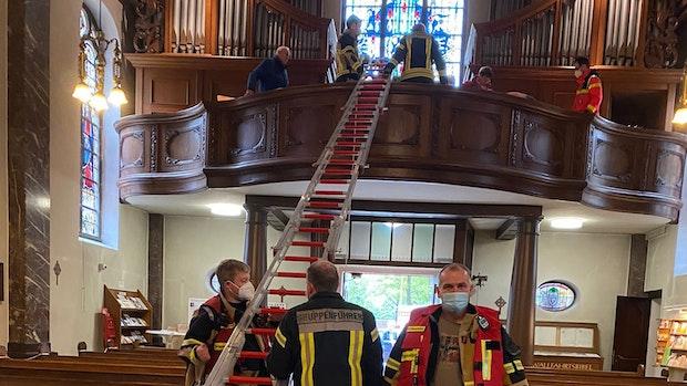 Medizinischer Notfall: Feuerwehr hilft Frau auf Orgelboden mit Leiterkonstruktion