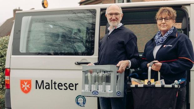 Malteser helfen Kisten schleppen: Im mobilen Einkaufswagen sind noch Plätze frei