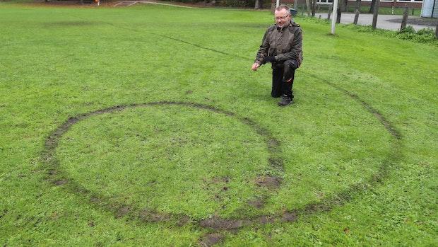 Tiefe Reifenspuren im Rasen: Rowdys verwüsten Barßel