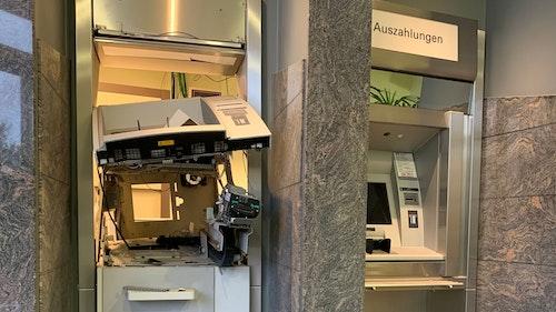 Polizei ermittelt: In der Bakumer Volksbank wurde ein Geldautomat gesprengt
