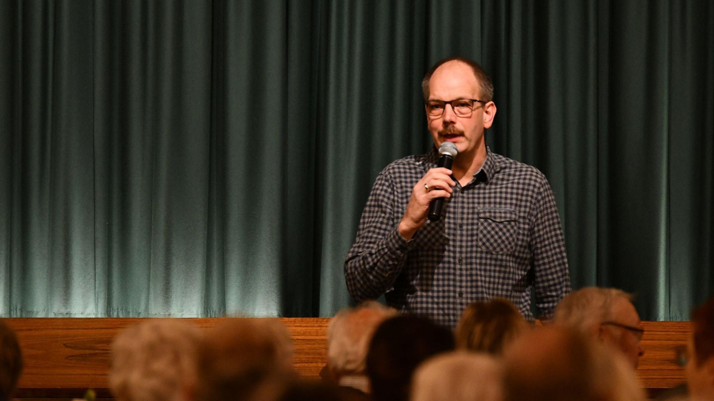 Vorhang auf: Wie im echten Leben begrüßt Joachim Herzog, Vorsitzender des Theaterclubs Jung Bünne, auch im Film das Publikum, ehe die Szenen aus den vergangenen 10 Jahren für gute Unterhaltung sorgen. Foto: Vollmer