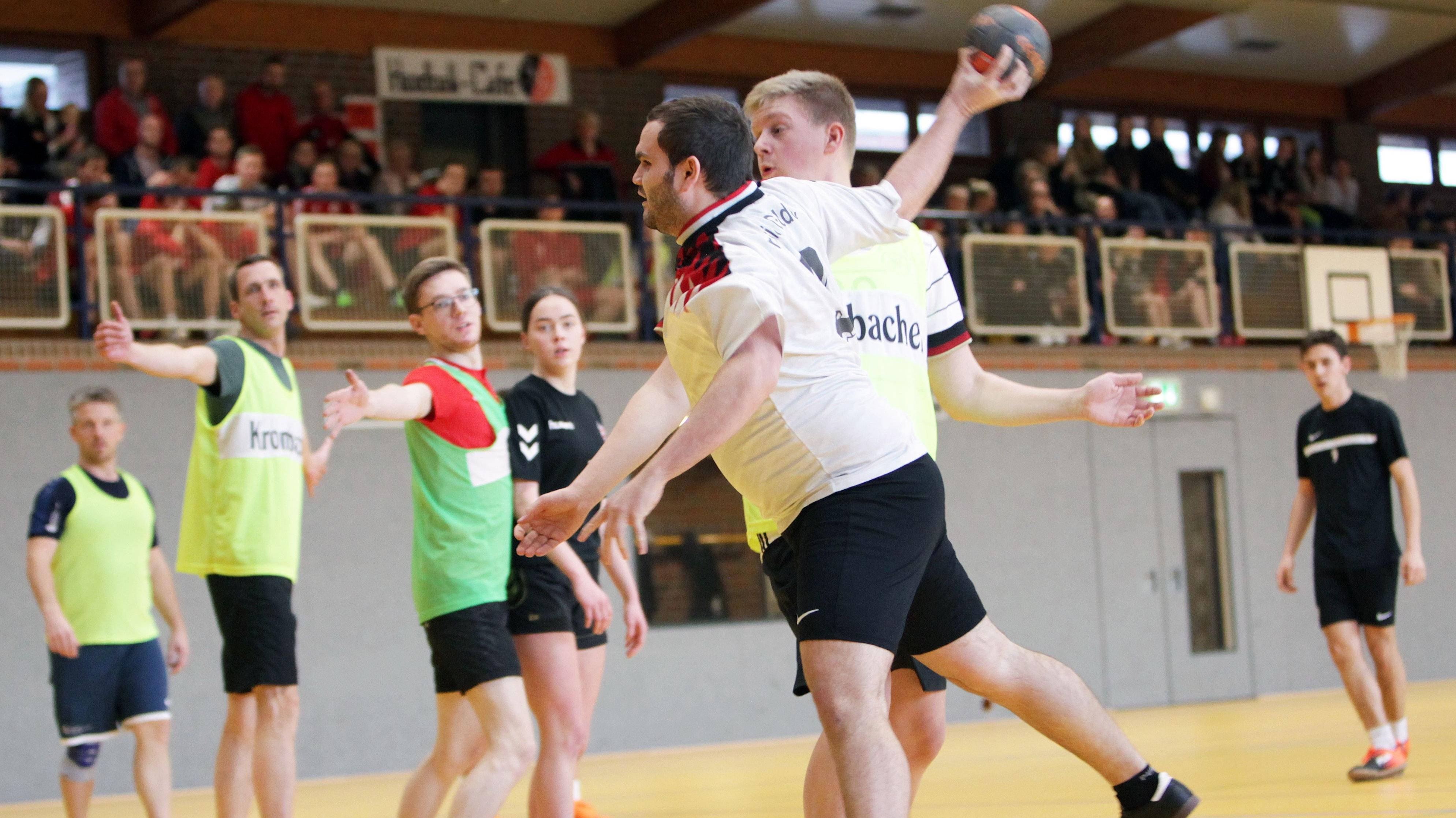 Bild aus alten Zeiten: Vor einem Jahr veranstaltete Goldenstedt das interne Turnier in der Handball-Version. Foto: Schikora