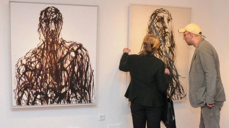 Kunstgespräch: Der Dinklager Künstler Markus Tepe, Schüler von Max Uhlig, fachsimpelt mit der Hamburger Galeristin Gabriele Siemers-von Loeper. Foto: Landwehr