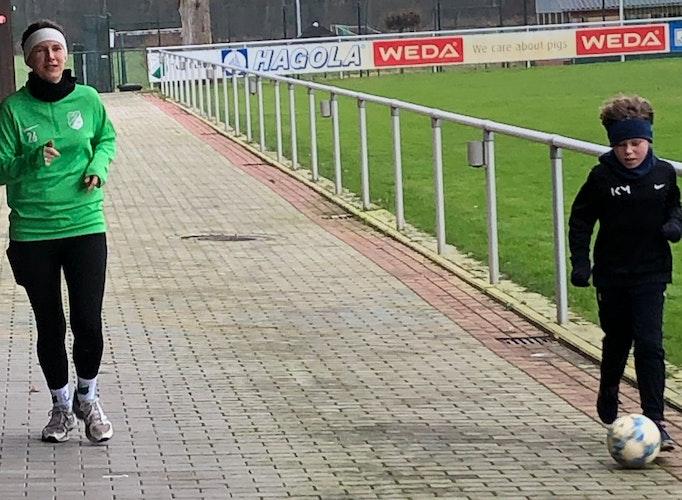 Starke Ballbehandlung: Nachwuchsfußballer Theo Werner (rechts) lief mit seiner Mutter Eva-Maria – und Ball am Fuß. Foto: TuS Lutten