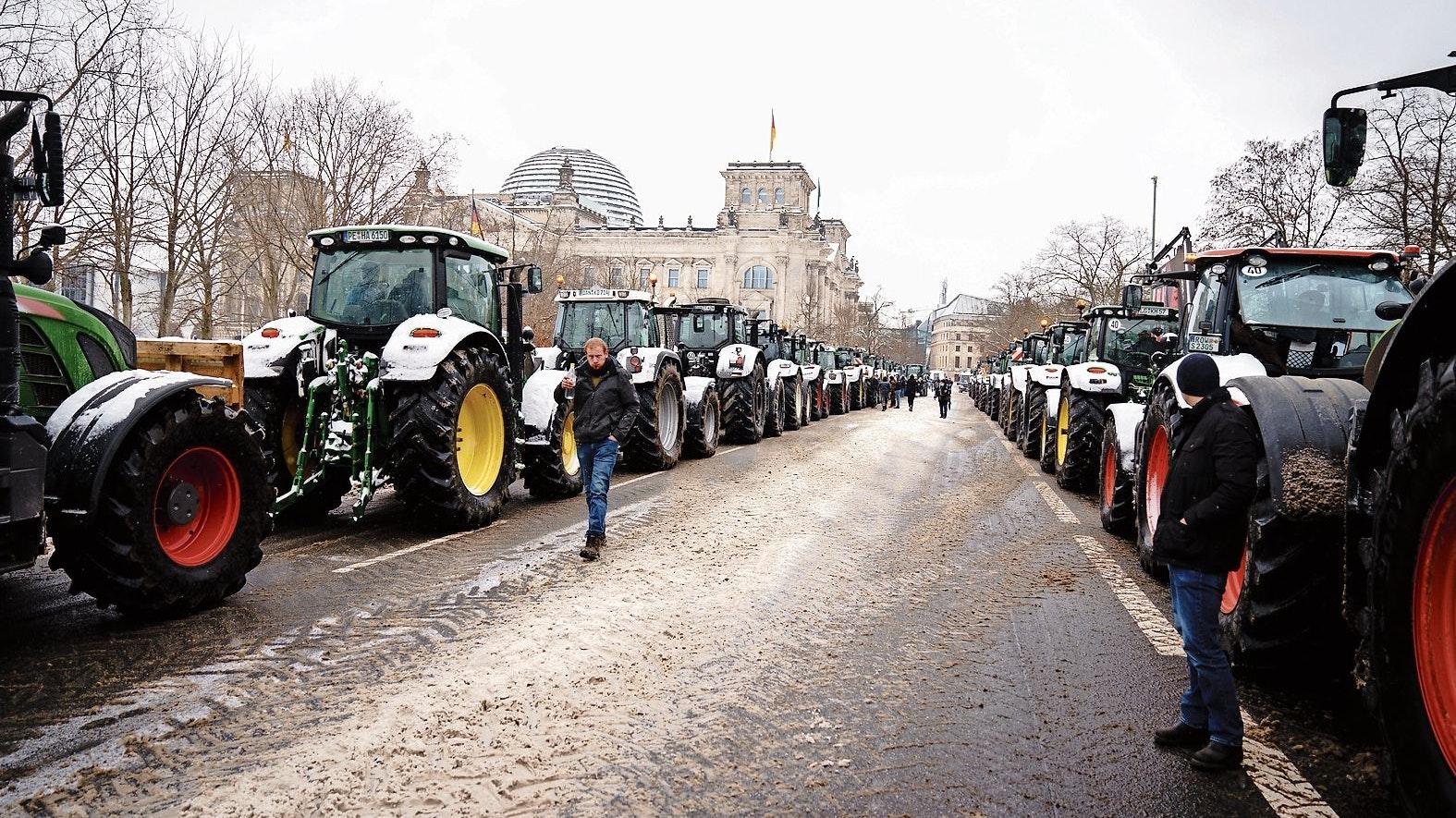 Demo in der Kälte: Landwirte aus ganz Deutschland protestierten mit Traktoren vor dem Reichstag gegen das geplante Insektenschutzpaket. Foto: dpa