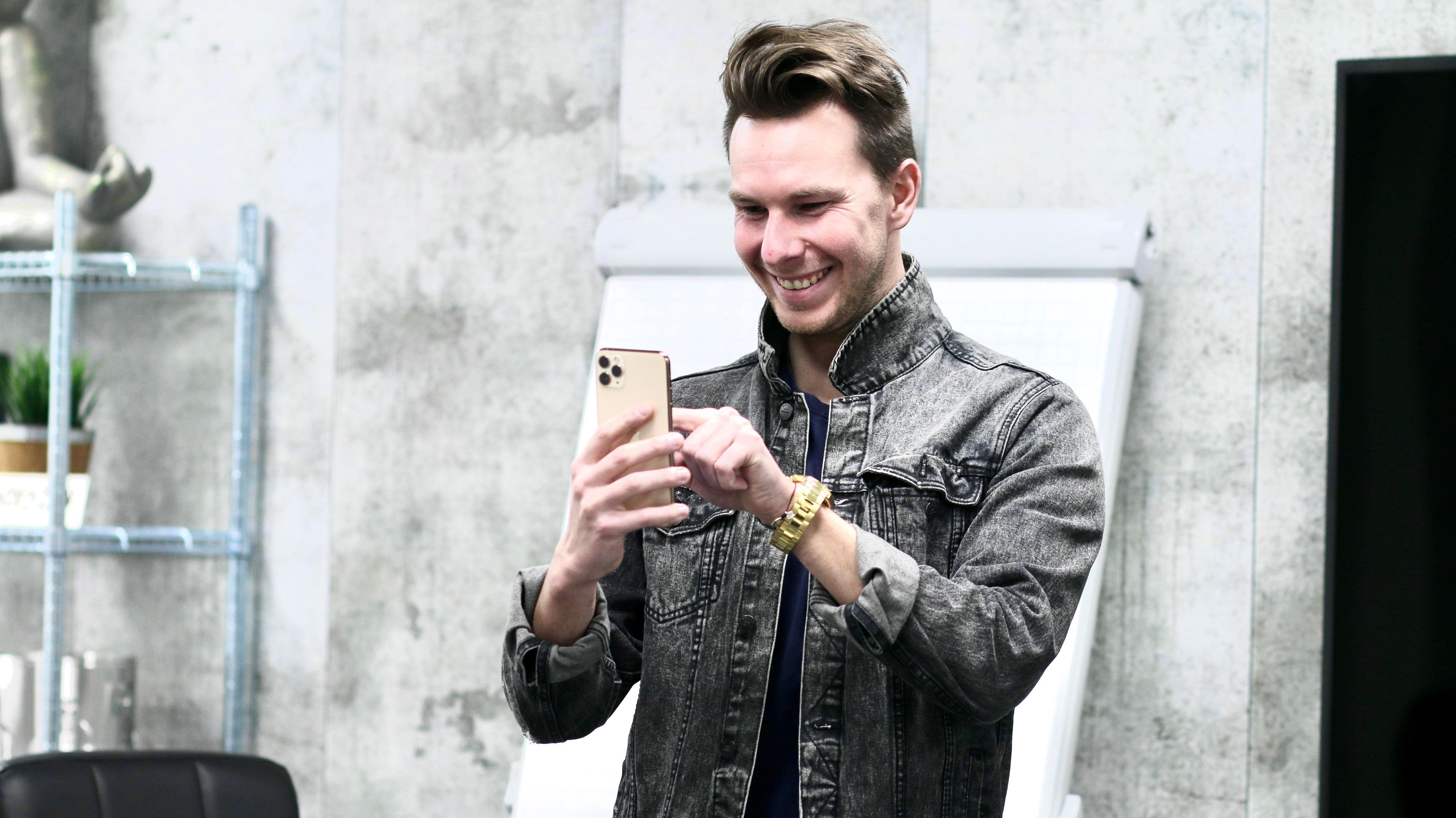 Weiß, was mit dem Smartphone alles möglich ist: Sebastian Heun ist Social-Media-Experte und berät mehr als 100 Unternehmen. Foto: Heun