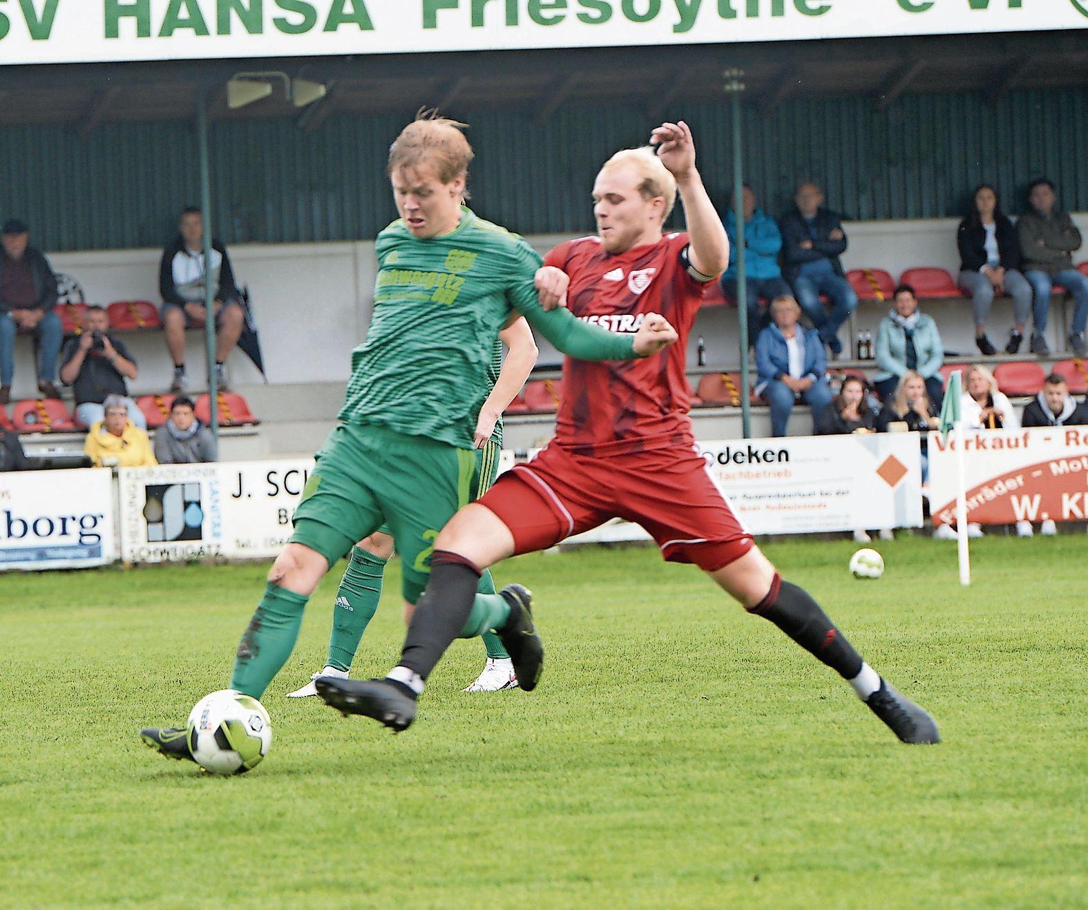 Feste Größe: Youngster Jeremy Knese (links) zählt bei Hansa Friesoythe zum Stammpersonal des Landesligakaders. Foto: Langosch