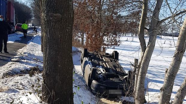 Auto überschlägt sich nach Zusammenstoß mit Lkw