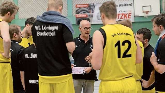 Lange ist es her: Wann VfL-Coach Guido Thöle (Mitte) den Löninger Basketballern wieder taktische Anweisungen geben darf, ist ungewiss. Das Team geht aber davon aus, dass es auch in der kommenden Saison in der 2. Regionalliga West auflaufen wird. Archivbild: Langosch