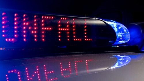 Dammer prallt mit Auto gegen Hauswand und stirbt
