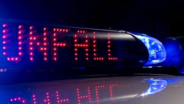 Autofahrer rauscht auf A1 zu schnell in Baustelle und kracht gegen anderen Wagen