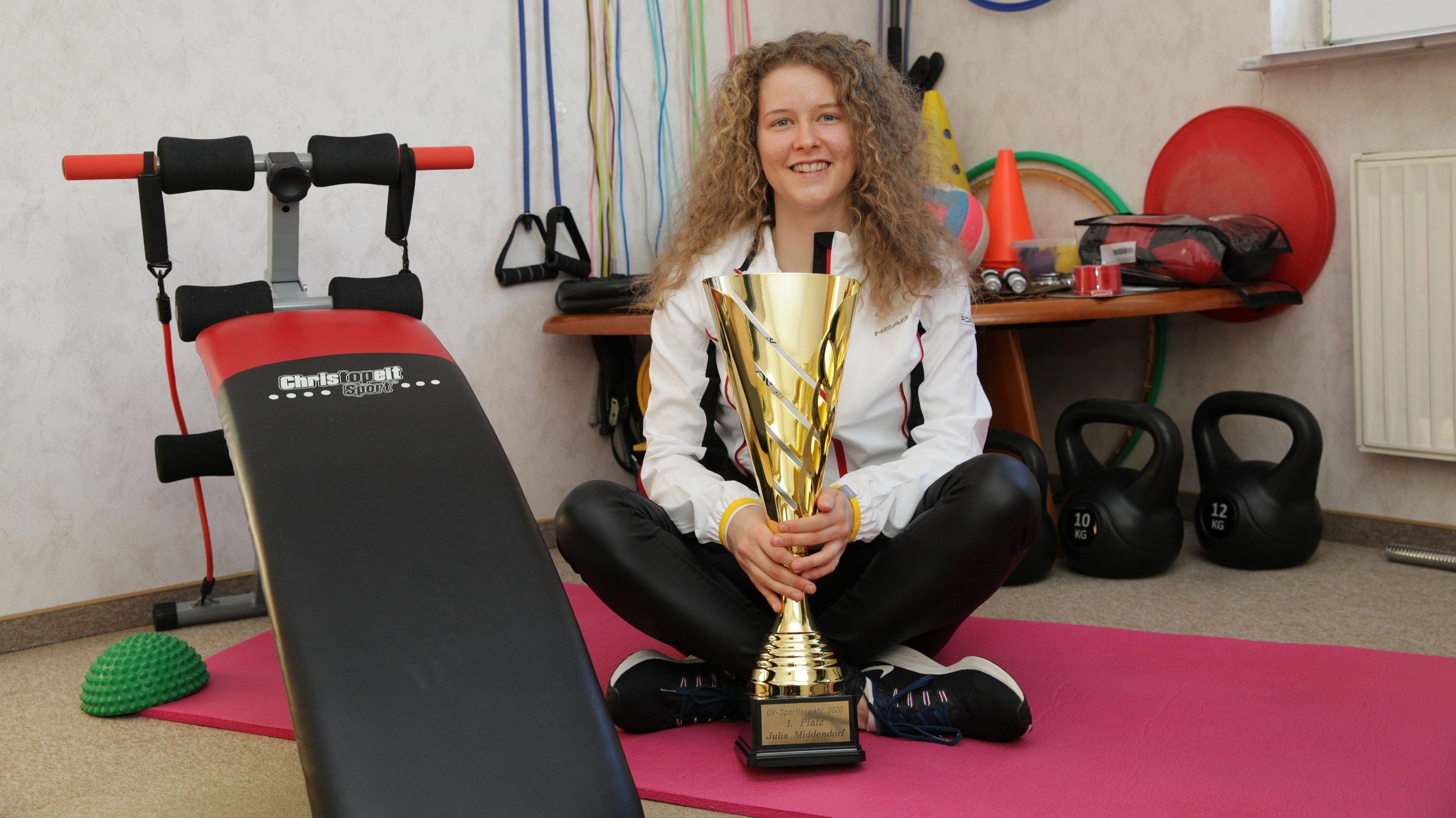 OV-Sportlerin des Jahres 2020: Tennisspielerin Julia Middendorf bei der Siegerehrung in der heimischen Fitness-Stube. Foto: Schikora
