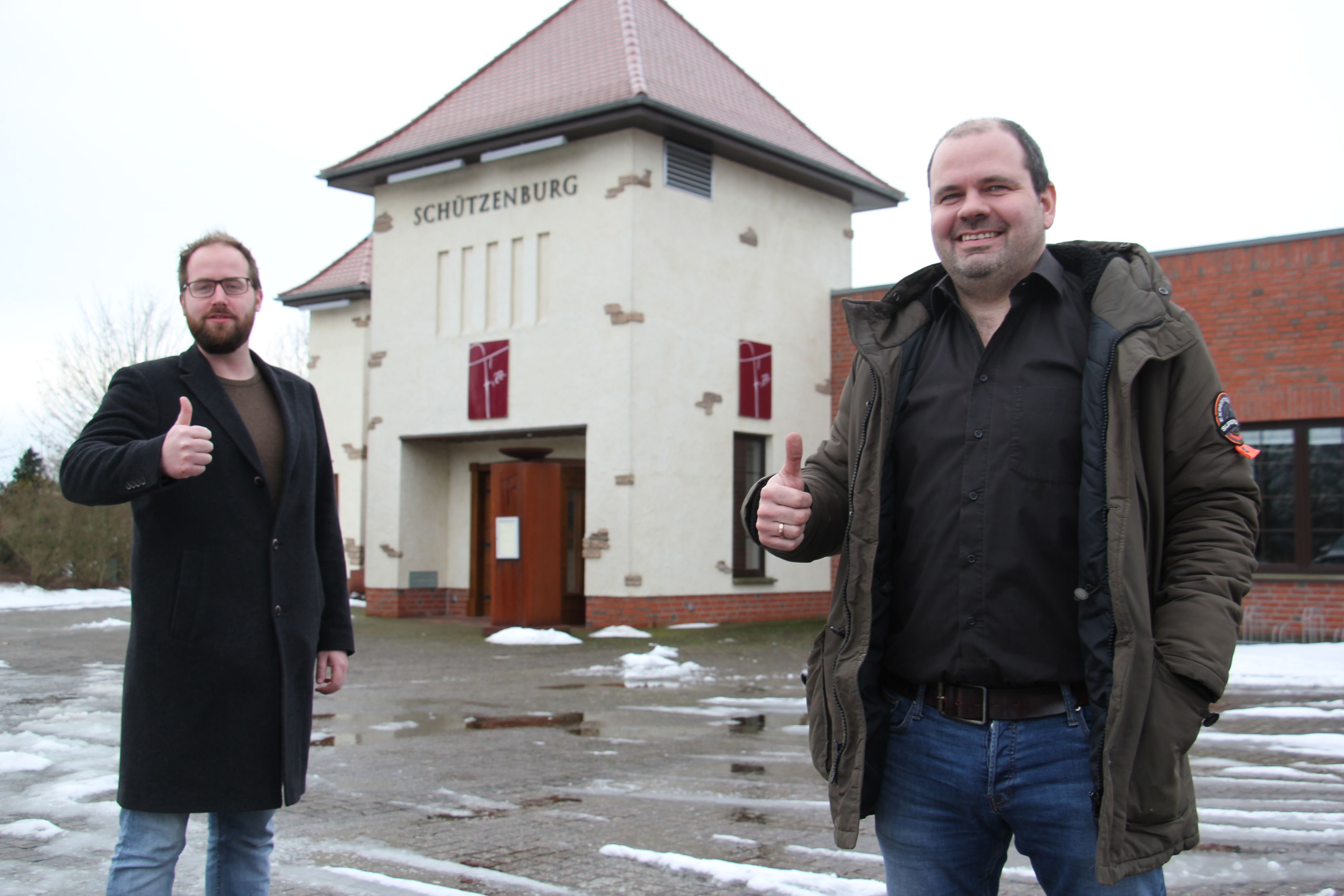 Daumen hoch für das Vereinsleben: Gastronom Matthias Kröger (rechts) und Schützenpräsident Simon Spille hoffen auf eine gute Zusammenarbeit in der Schützenburg. Foto: Speckmann