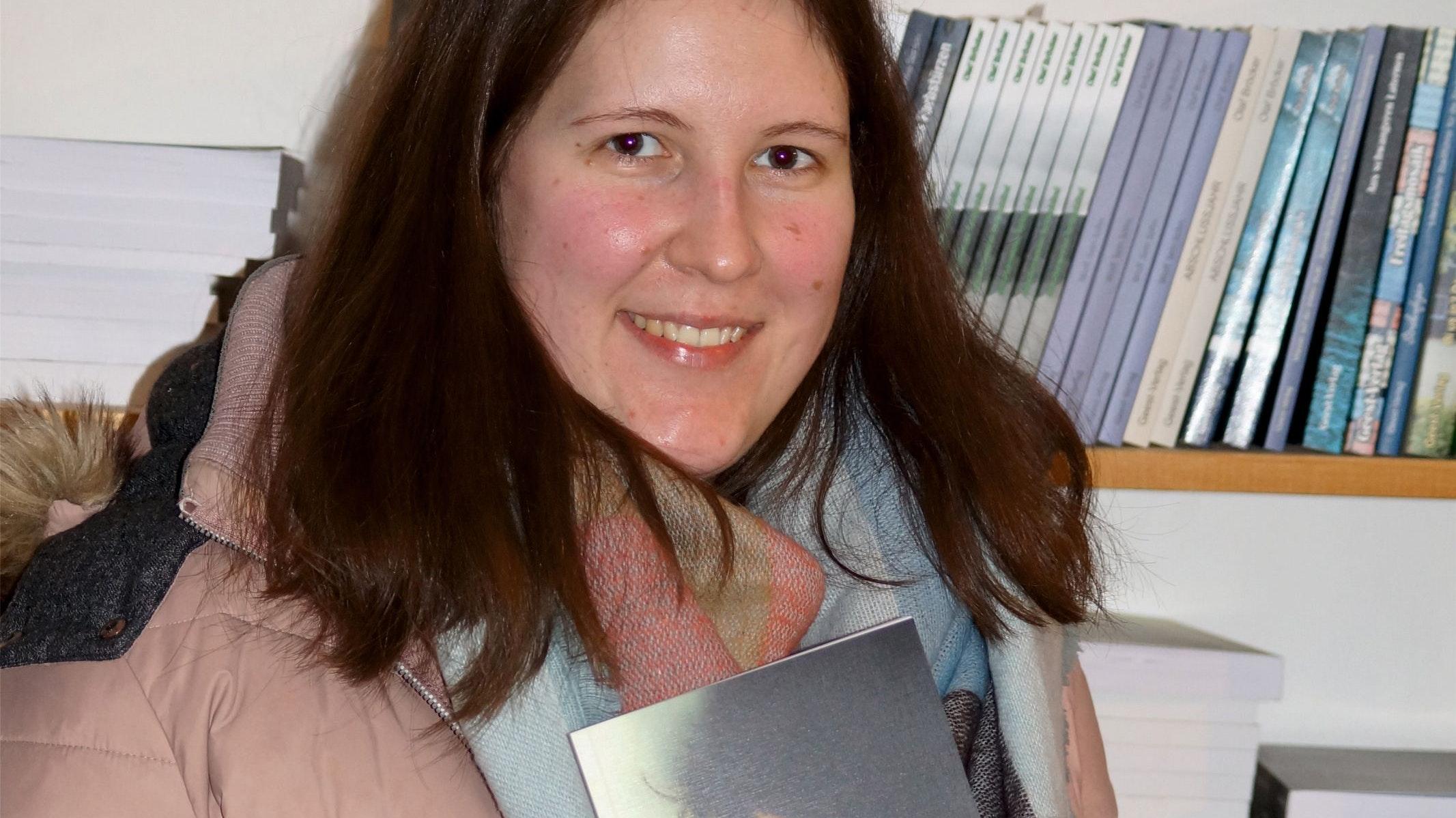 Das frisch gedruckte Werk in den Händen: Carina Göbel aus Visbek ist eine der 6 Autorinnen, die zu dem Gemeinschaftswerk zusammengefunden haben. Foto: Büngen