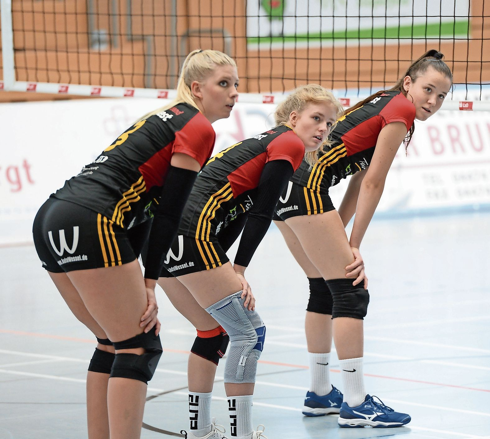 Blick zurück: Nach nur vier Spielen ist die Saison für die Frauen des TV Cloppenburg (hier von links: Lisa Lammers, Jule Lampe und Polina Bizhko) in der Dritten LIga West beendet. Foto: Langosch