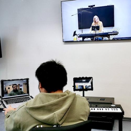 Keyboard lernen auf Distanz: Der Lohner Musikschullehrer Tom Schirner unterrichtet die Schülerin Lena Bellersen. Die Schule hat eigens dafür neue Hardware angeschafft. Foto: Gudenkauf