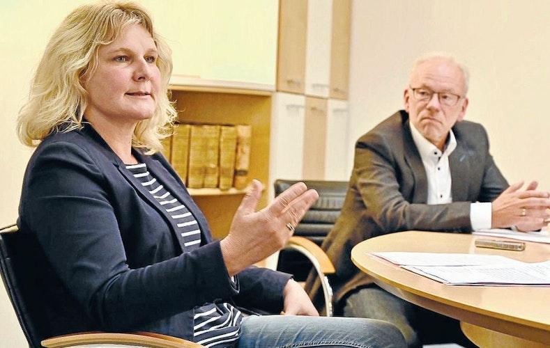 Im Gespräch mit der Redaktion: Landrat Herbert Winkel (rechts) und die Leiterin des Gesundheitsamtes, Sandra Guhe. Archivfoto: M. Niehues