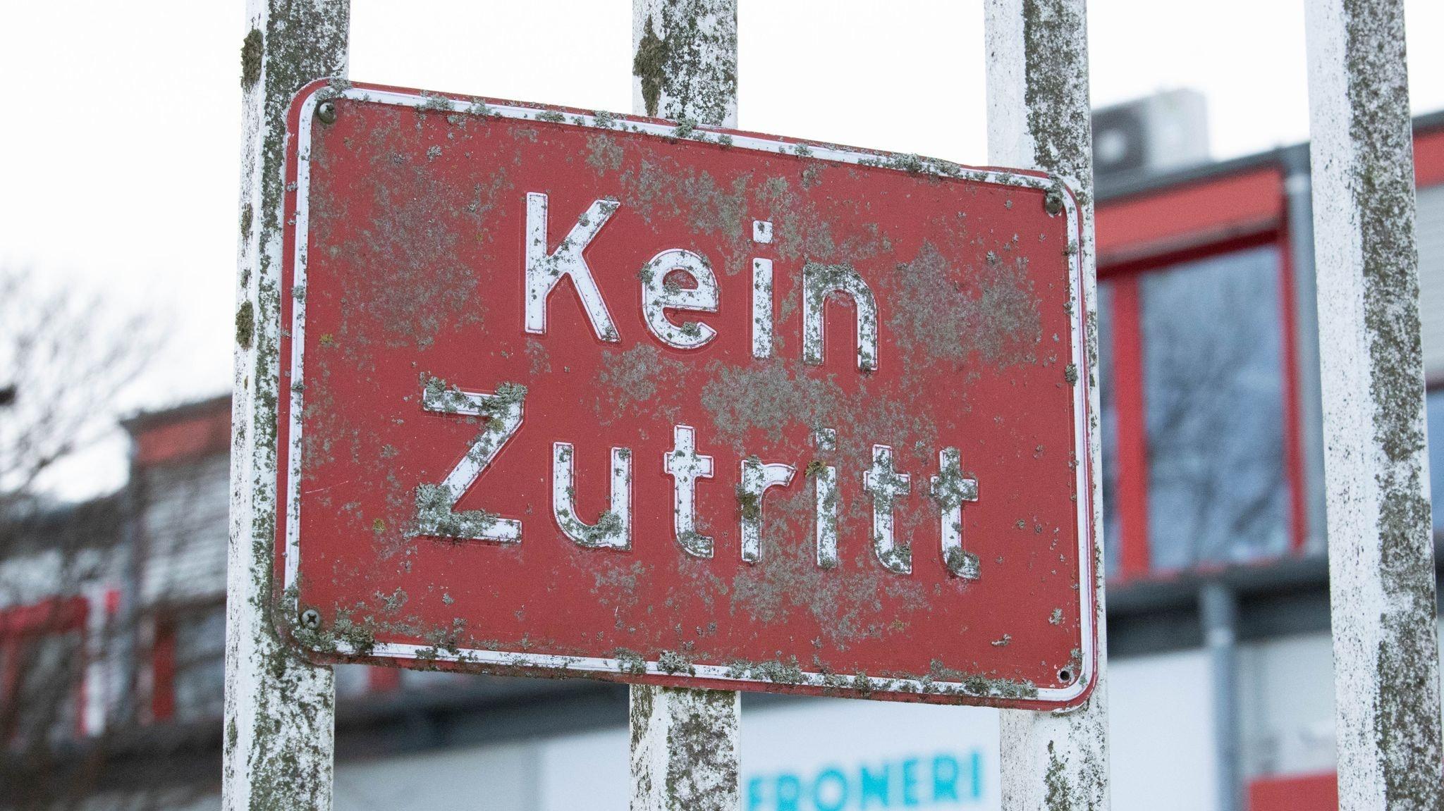 """""""Kein Zutritt"""" steht auf einer Tür zum Betriebsgelände der Eisfabrik von Froneri. 440 Menschen haben sich mit Sars-CoV-2 infiziert. Foto. dpa/Gentsch"""