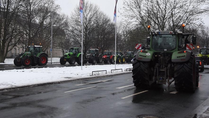 Trecker-Kolonne aus Vechta im Regierungsviertel. Foto: Tzimurtas
