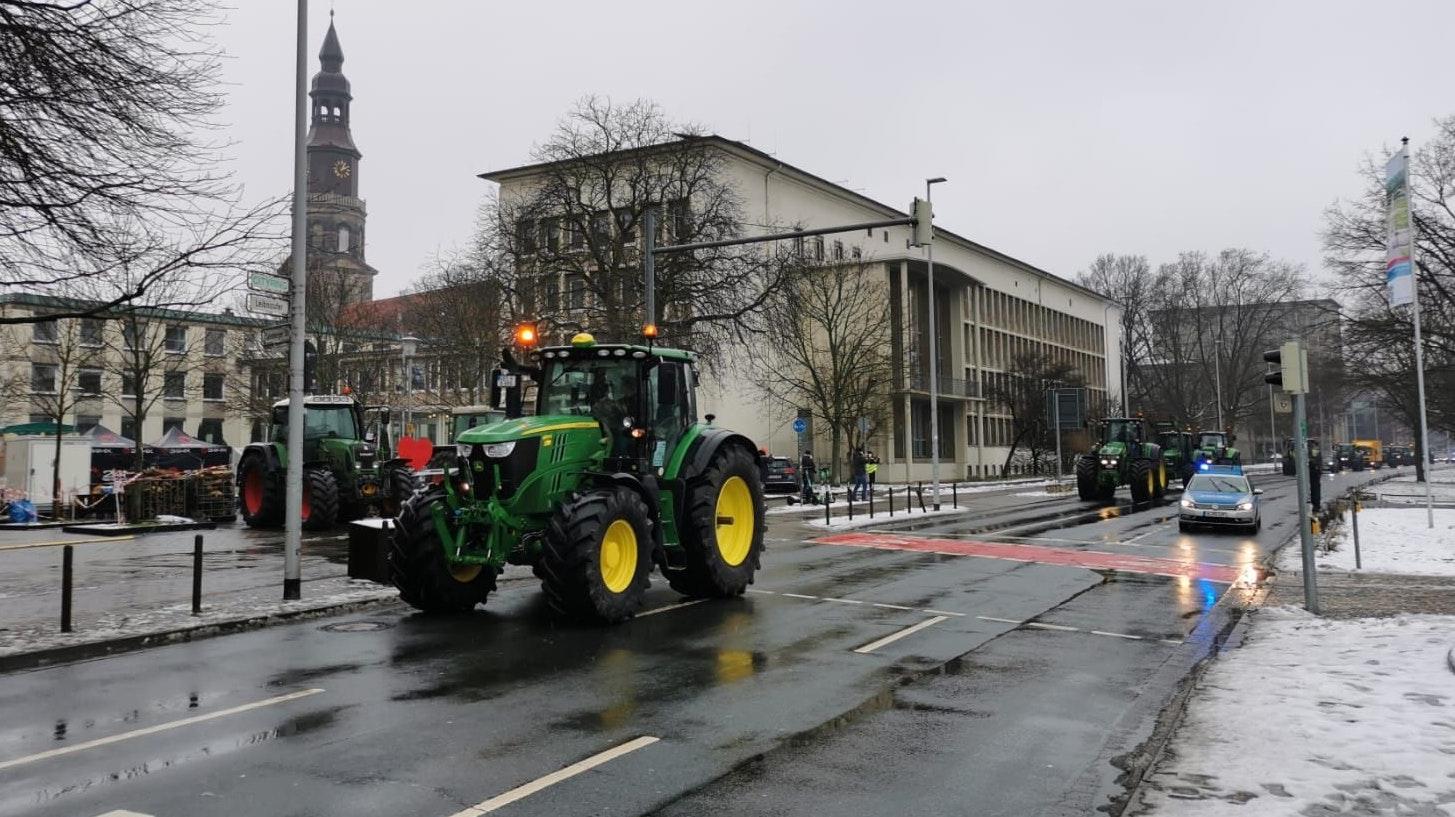 Landwirte halten in Hannover eine Mahnwache ab - darunter sind auch Vertreter aus dem Oldenburger Münsterland. Foto: Duzat