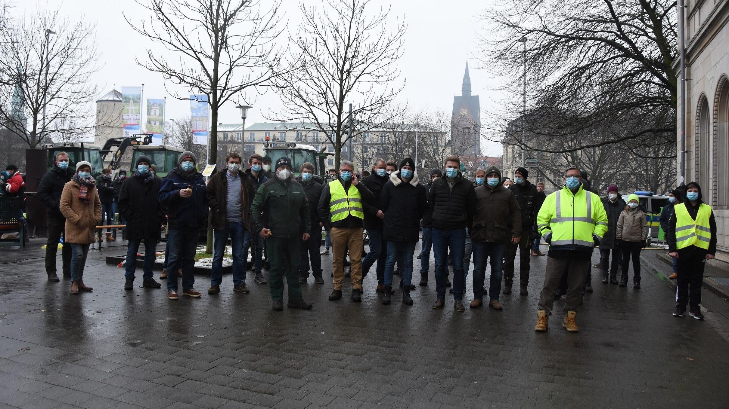 Protest in der Landeshauptstadt: Landwirte aus dem Landkreis Vechta in Hannover am Ort der Mahnwache vor dem Agrar- und dem Umweltministerium. Foto: Tzimurtas