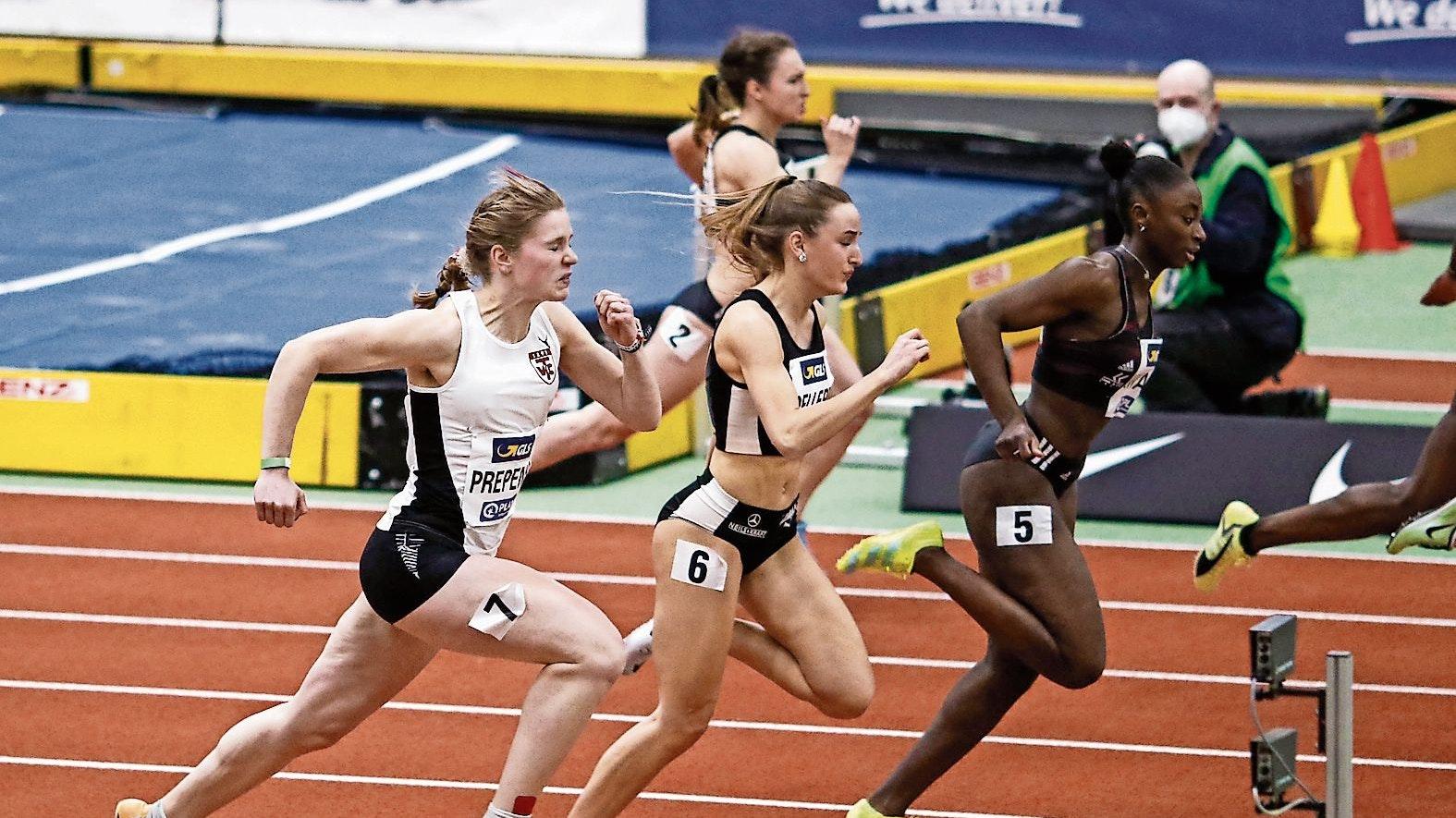 Knapp das Nachsehen gehabt: Mit 7,39 Sekunden im Halbfinale verfehlte die Cloppenburgerin Talea Prepens (links) den Endlauf über 60 Meter. Foto: Harald Prepens