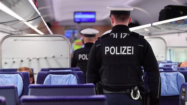 Maskenverweigerer attackiert Frau im Zug