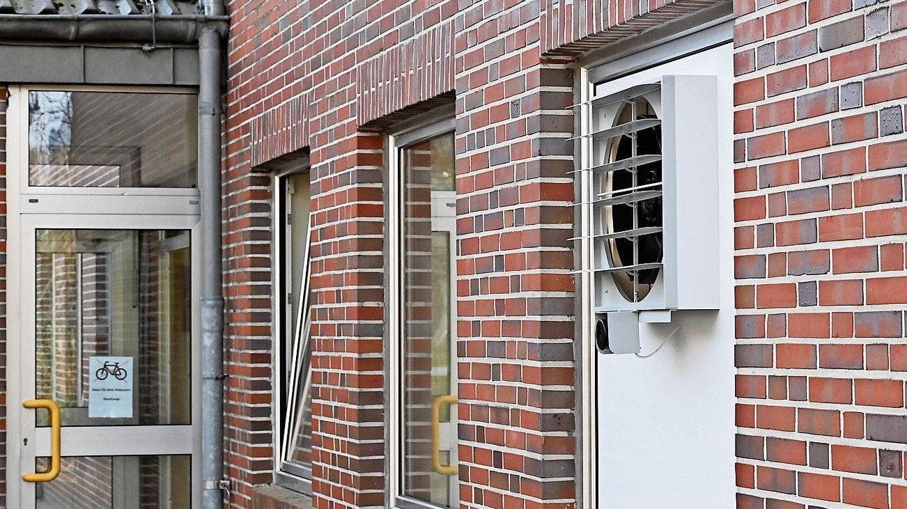 Frische Luft: Ein Fenster steht auf Kipp, in ein anderes wird die Platte mit dem Lüfter eingesetzt. Foto: Thomas Vorwerk