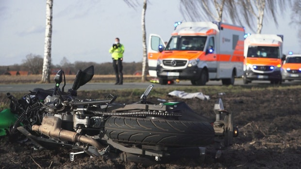 Autofahrer übersieht Motorrad: 17-Jährige schwer verletzt