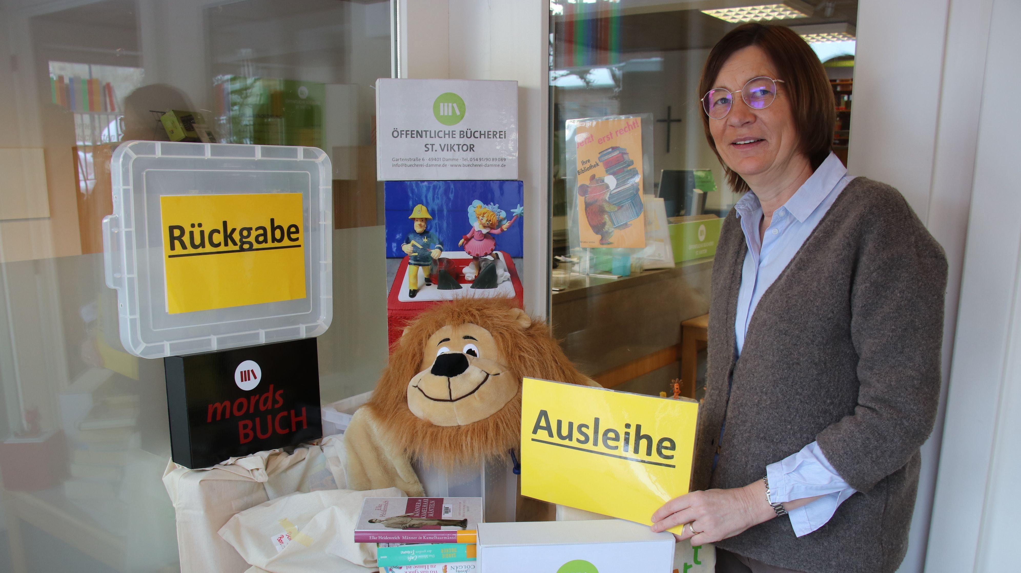 Eingeschränkter Lesealltag: Anja Kramer und ihre Mitarbeiterinnen haben den Büchereibetrieb eingeschränkt. Die Ausleihe von Medien ist nur noch kontaktlos möglich. Foto: Lammert