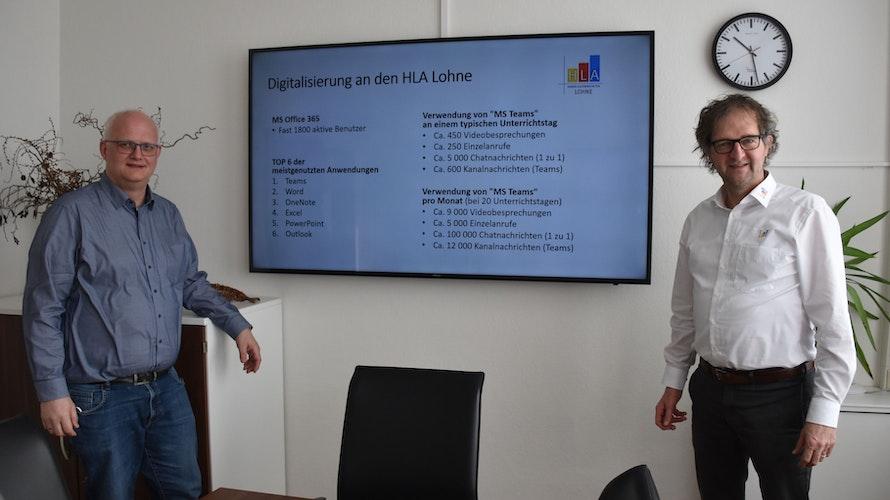 """Distanzlernen"""" ist für sie nicht das Unwort des Jahres: Thomas Evers (links; Abteilungsleiter Informatik) und Schulleiter Ernst Escher geben einen Überblick über einige Zahlen zur Digitalisierung an den Handelslehranstalten in Lohne. Foto: Timphaus"""
