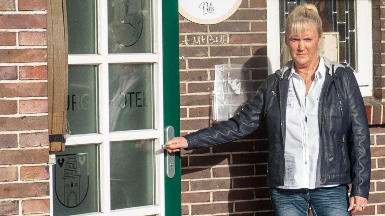 Tür bleibt zu: Am Freitagachmittag hat Anne Burrichter die Schlüssel für die Burgschänke abgegeben. Anders als ursprünglich geplant wird das Bildungswerk künftig auch das Erdgeschoss nutzen. Foto: Stix