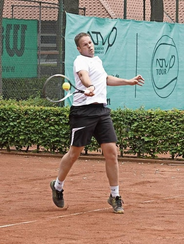Starke Vorhand: Dennis Willenborg vom TC Nikolausdorf freut sich schon auf die Sommersaison. Foto: Wulfers