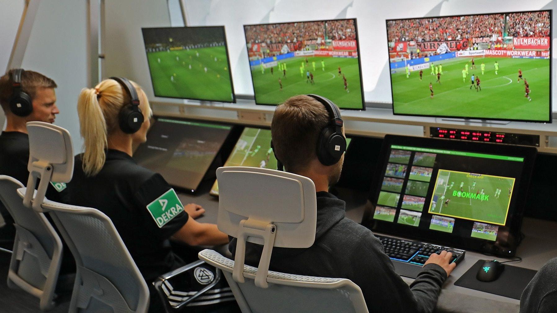 """Strenge Beobachter vor etlichen Bildschirmen: Ein Blick in das """"Video Assist Center"""" in Köln-Deutz. Foto: dpa/Berg"""