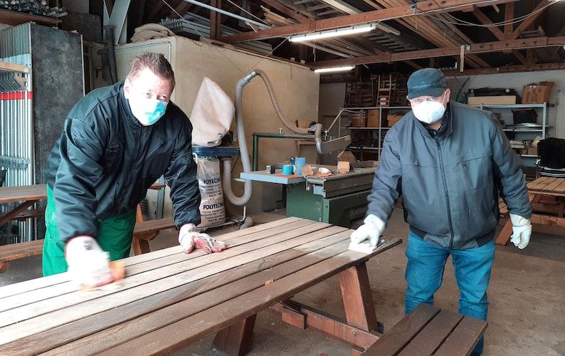 Schleifarbeiten an Picknickbänken: Christian Hikisch (links) und Bernhard Fresenborg freuen sich auf die Besucher. Foto: Maren Böhm