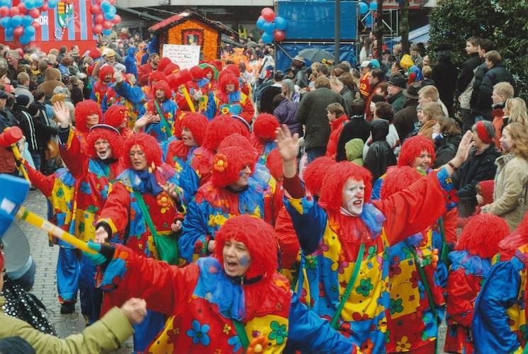 Damme ist kunterbunt: Hier ist ein Umzugsfoto aus dem Jahr 2005 zu sehen, mehrere Familien in einer Gruppe als Clowns verkleidet. Foto: Stadtmuseum Damme