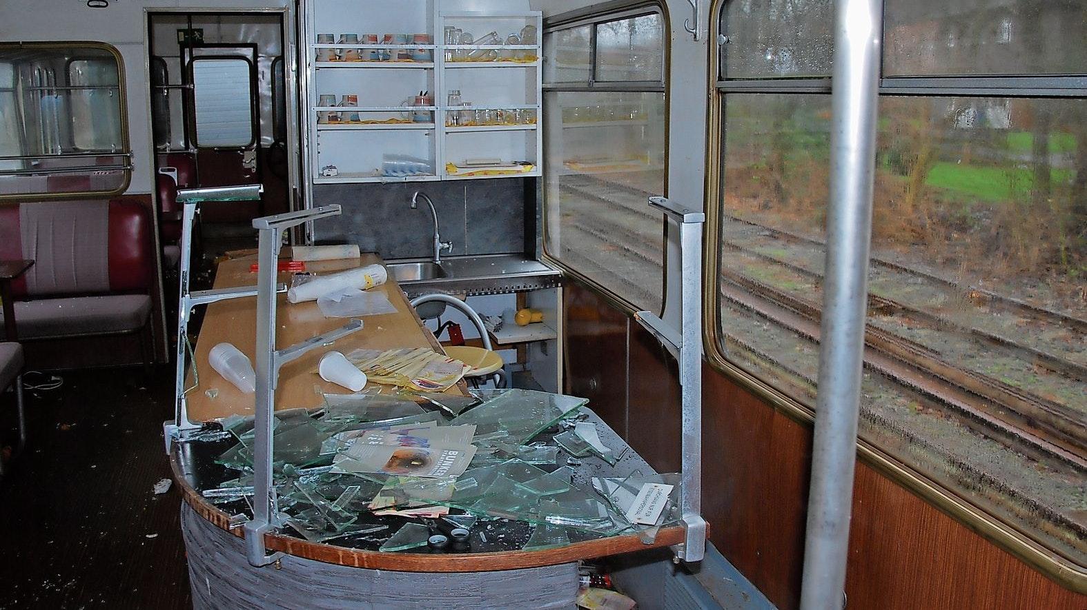 Verwüstet: Der Tresenbereich ist komplett zerstört worden.Fotos: © Museumseisenbahn-Friesoythe-Cloppenburg