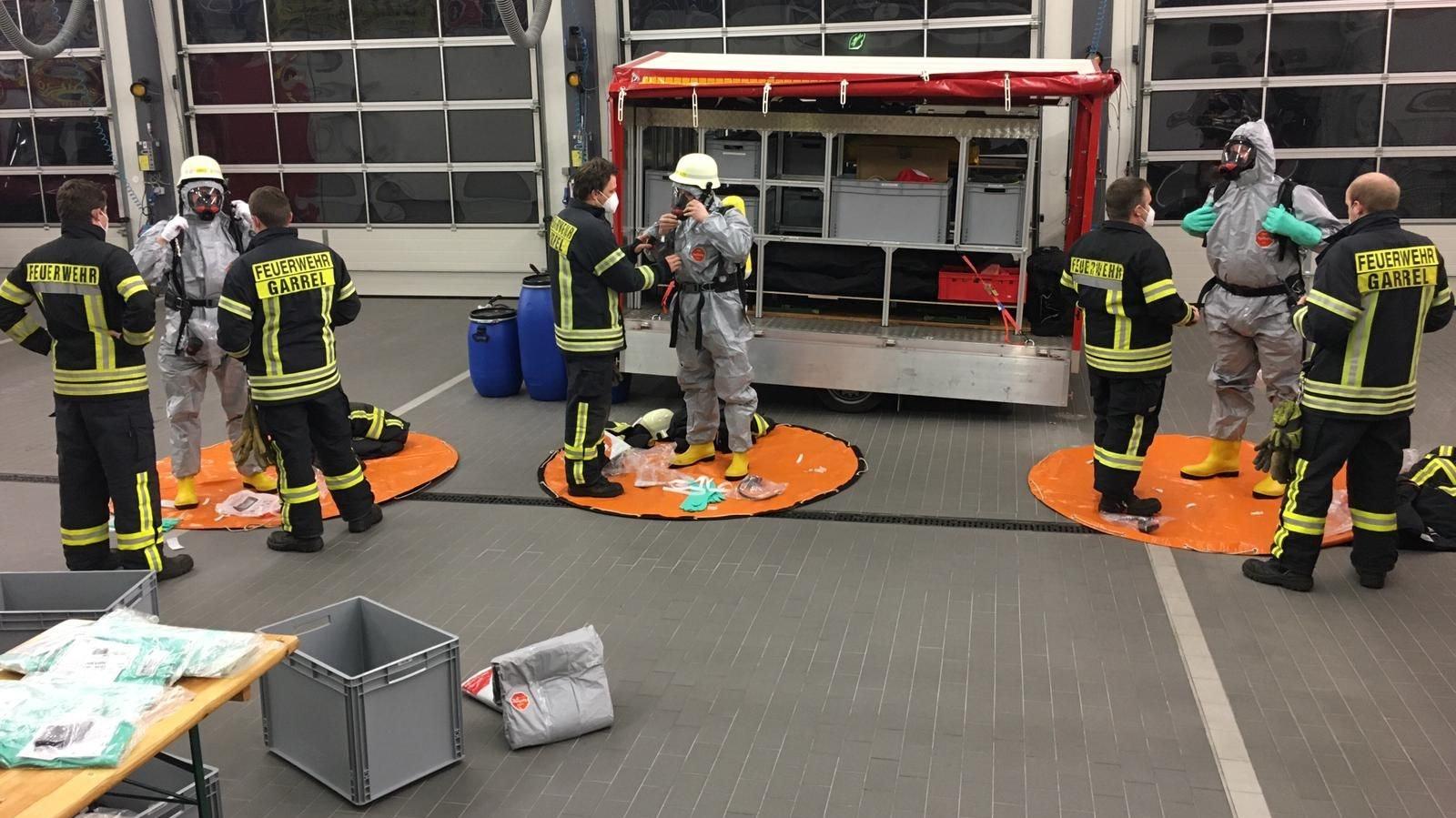 Mit Masken und Abstand: Unter der Einhaltung von Hygieneregeln wurde die Einsatzübung im Feuerwehrhaus für die Atemschutzgeräteträger durchgeführt. Foto: Feuerwehr Garrel