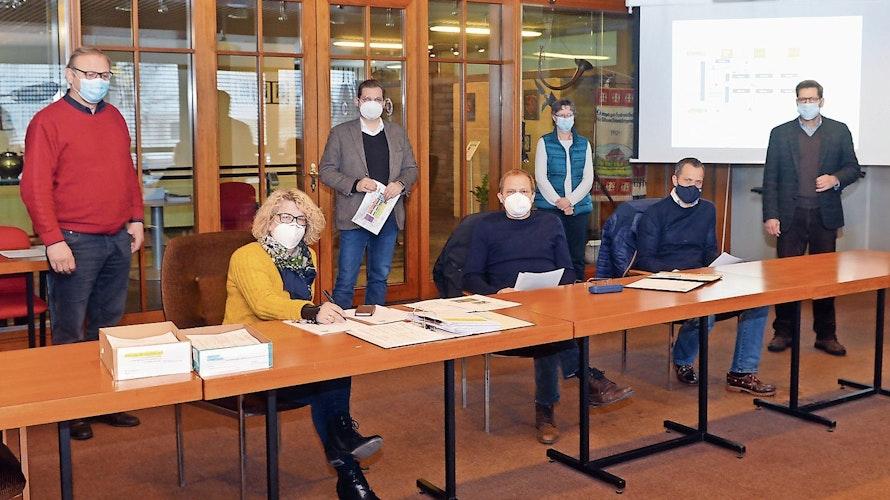 Generalstabsmäßige Planung: Ein Team der Stadtverwaltung bereitet den zweitägigen Impftermin am kommenden Freitag und Samstag in Löningen vor. Foto: Willi Siemer