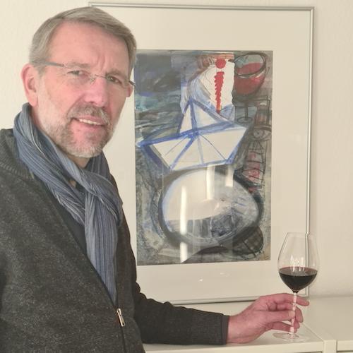 Kunst an der heimischen Wand: Dr. Jörg Sommer gönnt sich einen Rotwein. Foto: Sommer