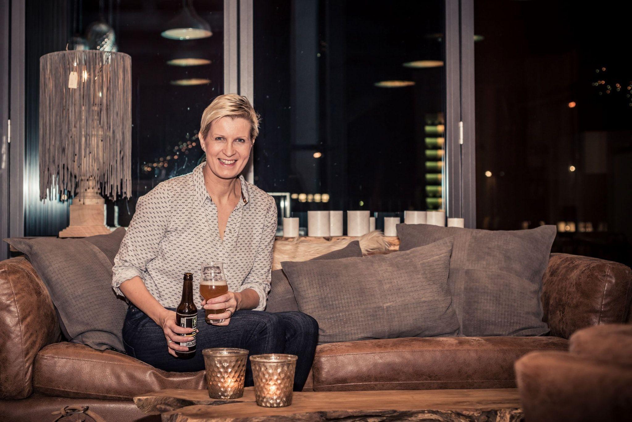 Um kreative Ideen nicht verlegen: Gästeführerin Petra Pekeler bleibt in der Pandemie auf dem Sofa sitzen, während sie ihre Bier- und Kneipengeschichten erzählt. Das Publikum kann sich online dazuschalten. Foto: Fotowerk Julia Pöstges <br>
