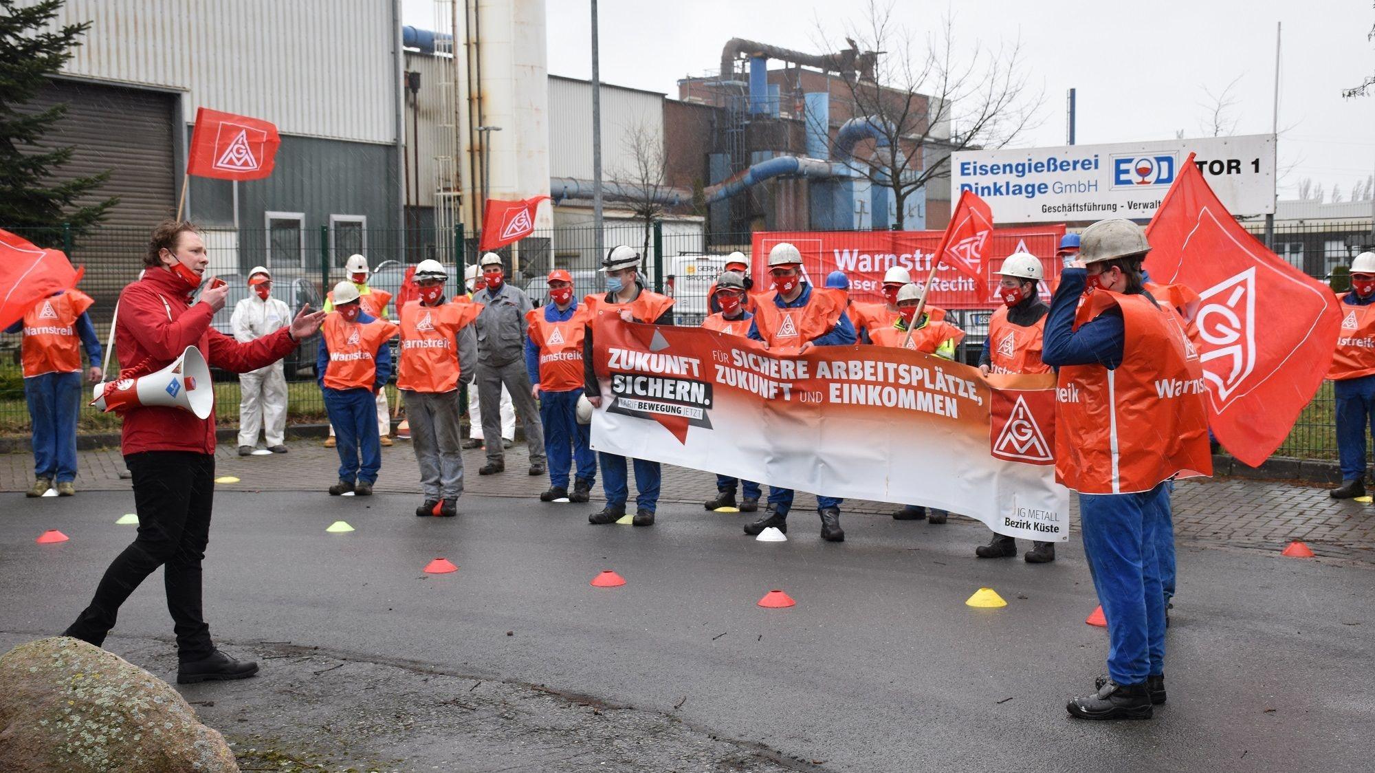 """""""Die IG Metall kämpft für euch"""": Das versicherte Gewerkschafts-Funktionär Paul Naujoks (am Mikrofon) den Beschäftigten der Eisengießerei Dinklage bei der Kundgebung. Foto: Böckmann"""