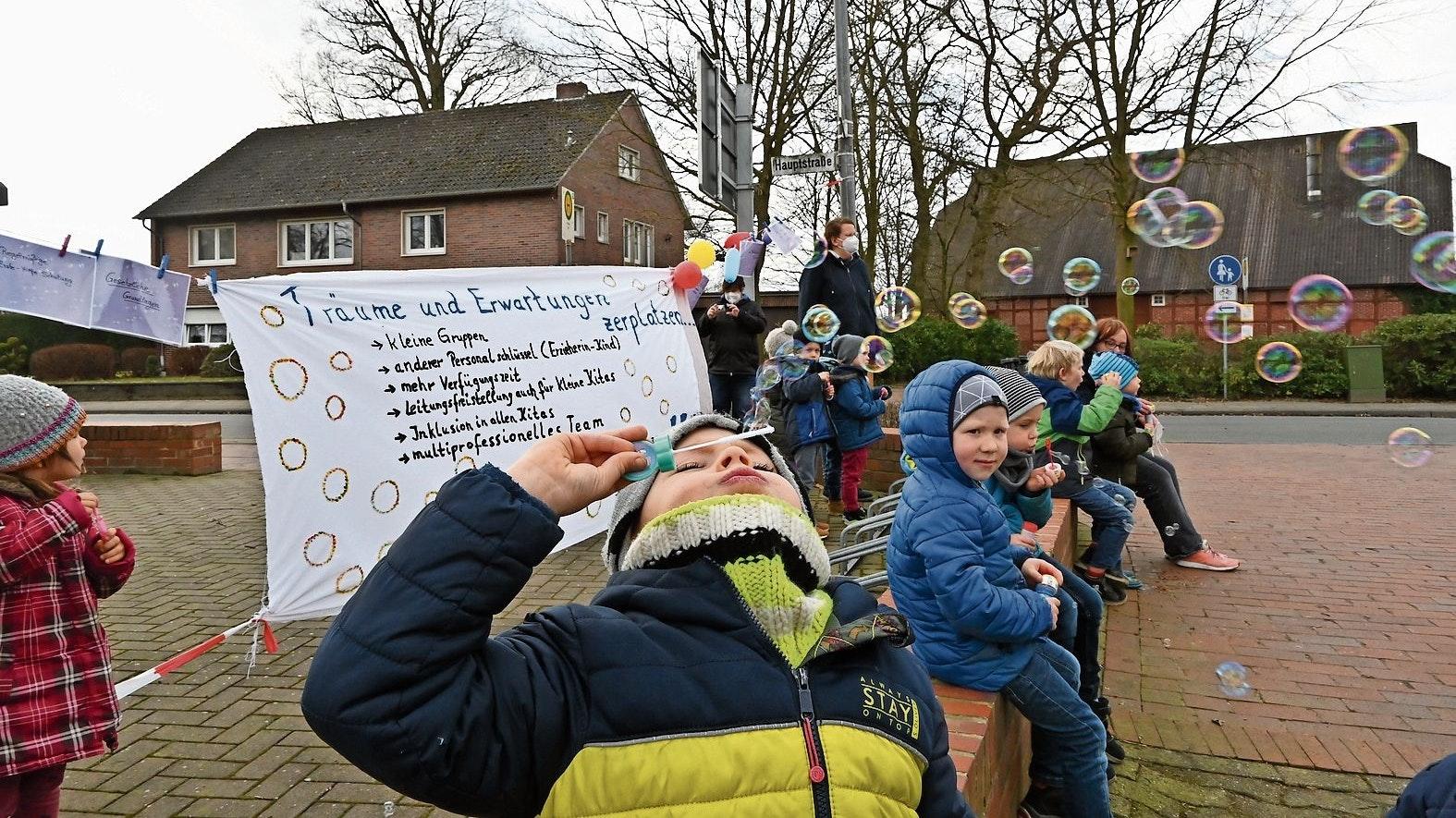 Außen schillernd, innen Luft: Seifenblasen als Protest haben die Kinder aus der Gemeinde Cappeln (das Bild entstand in Sevelten) am Freitag produziert. Foto: Thomas Vorwerk
