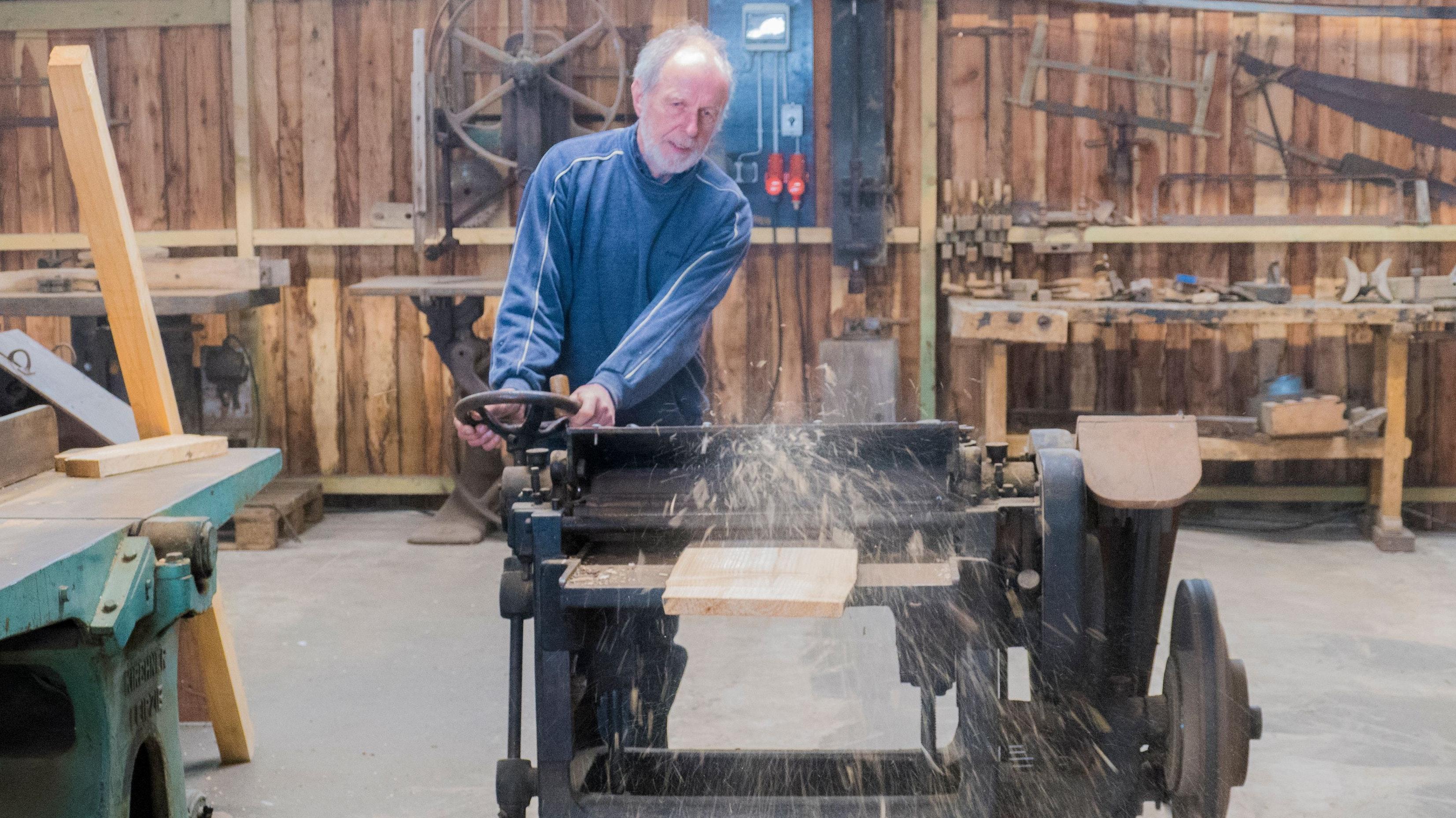Funktioniert: Hans Meyer testet die Funktionstüchtigkeit des rund 100 Jahre alten Dickenhobels, der zu den neuesten Ausstellungsstücken im Gelenberger Sägereimuseum gehört. Foto: Stix
