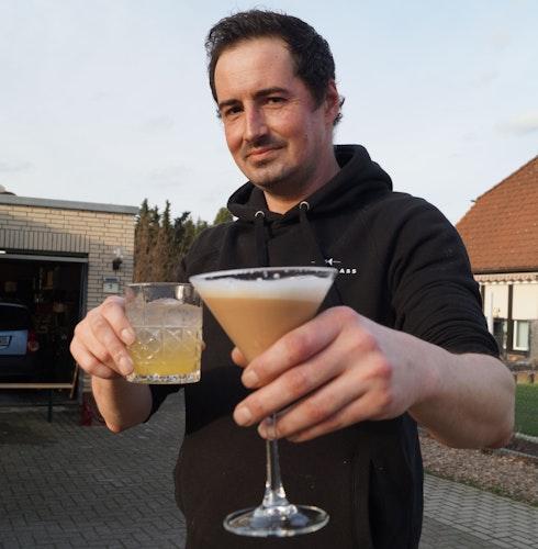 Übt seinen Beruf sehr gerne aus: Malte Leppek ist Barkeeper aus Leidenschaft. Foto: C. Meyer
