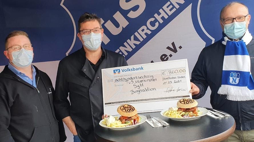Scheckübergabe nach dem Burger-Verkauf: Marcel Otte, Wim Otte und Neuenkirchens Vorsitzender Andreas Menke (von links). Foto: TuS Neuenkirchen