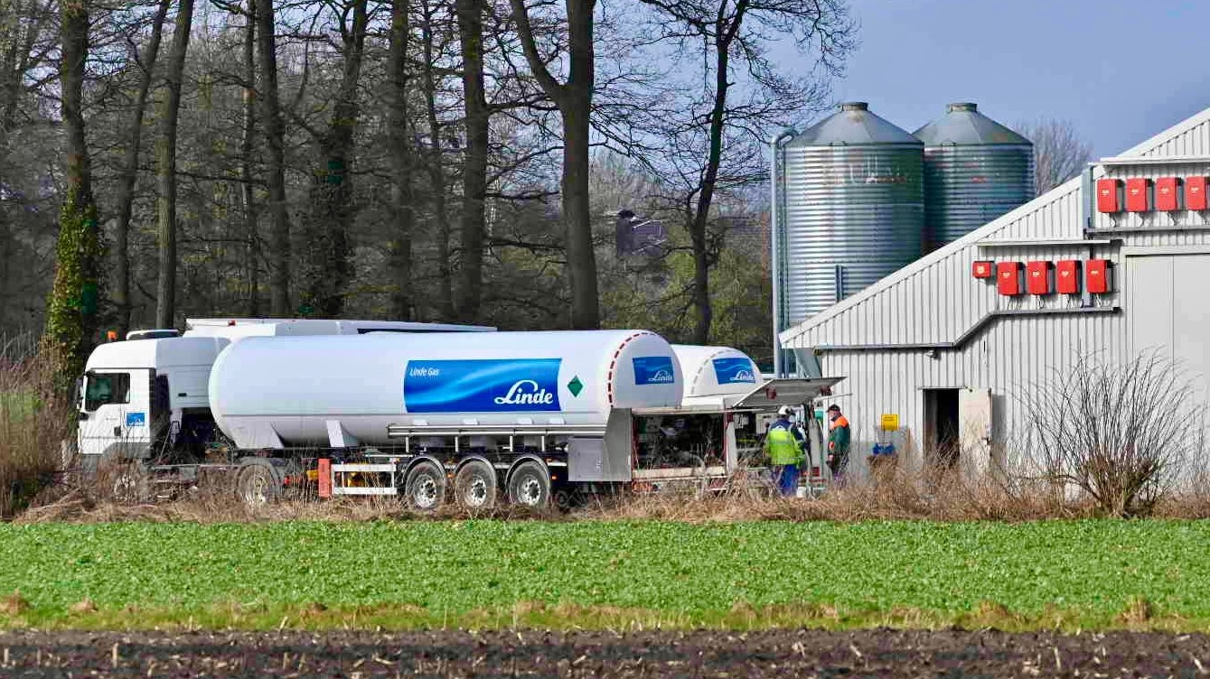 Ein Bestand in Vestrup wird getötet: Am Montagmorgen fahren die Tankzüge vor und leiten das Gas dafür in die Ställe. Foto: M. Niehues