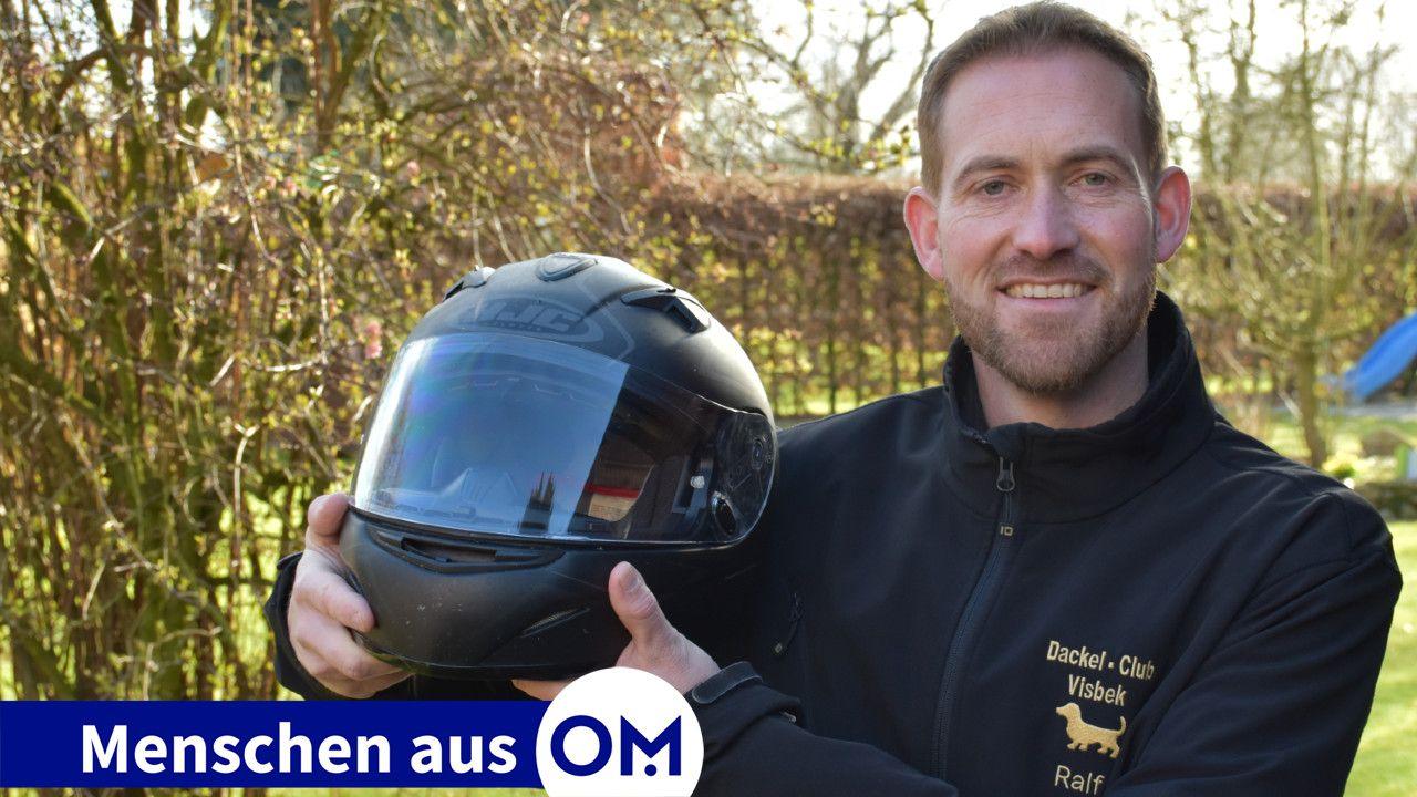 Zwei seiner großen Hobbys: Ralf Stukenborg aus Visbek ist Mitglied im legendären Dackel-Club Visbek und fährt leidenschaftlich gerne Motorrad. Foto: Wehring