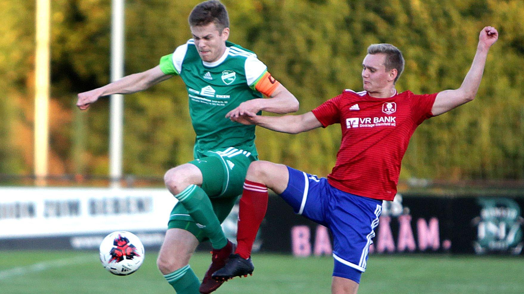 Der Linke kommt, der Rechte geht: Bastian Dödtmann im Pokalduell mit Brockdorf gegen Dinklages Aljoscha Wilms. Foto: Schikora
