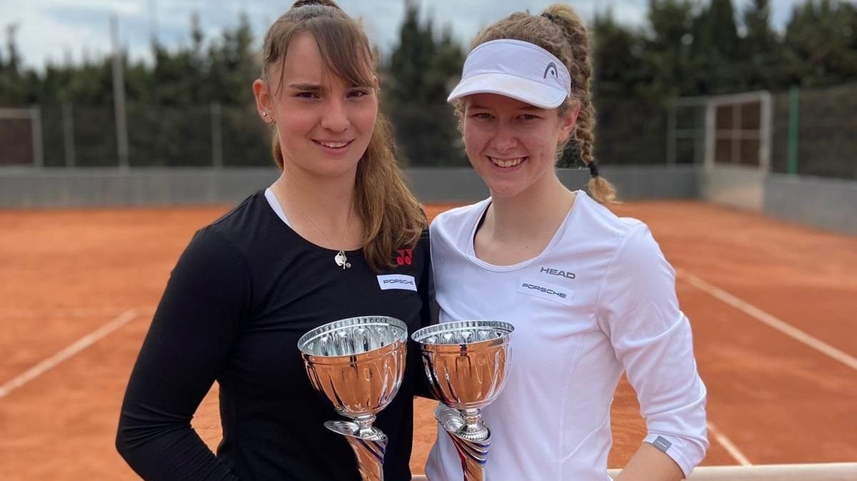 Glückliches Duo: Julia Middendorf (rechts) und Mara Guth nach ihrem Doppelerfolg. Foto: ITF